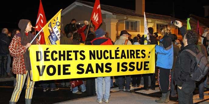Manifestation contre un train de déchets nucléaires, le 22 novembre à Valognes (Manche).