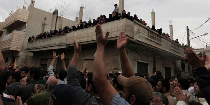 Onze civils ont été tués mardi en Syrie, dont huit dans l'explosion d'une charge lors du passage de leur minibus, a rapporté l'Observatoire syrien des droits de l'homme (OSDH).