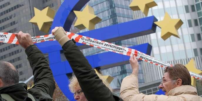 Des manifestants devant la Banque centrale européenne, à Francfort, le 12 novembre 2011.