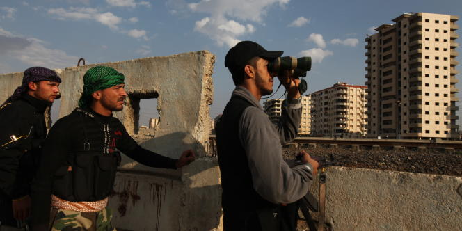 A Homs, des hommes de l'Armée libre syrienne, composée d'officiers déserteurs des forces régulières, surveillent les alentours du quartier d'où proviennent des tirs de snippers des forces de sécurité, le 27 octobre.