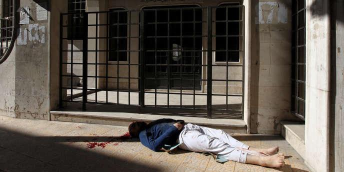 A Homs, le 9 novembre, dans le quartier de Bayada, le cadavre d'un homme a été déposé devant une mosquée par les milices.
