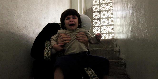 A Homs, dans le quartier de Khalidiya,  la peur des habitants après l'explosion d'une bombe, le 28 octobre. Aucun adulte ne souhaite que son visage n'apparaisse sur la photo, par peur des représailles.