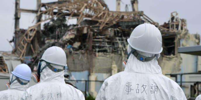 Après la catastrophe de Fukushima, des agents se rendent sur les lieux pour constater et évaluer les dégâts le 17 juin 2011.