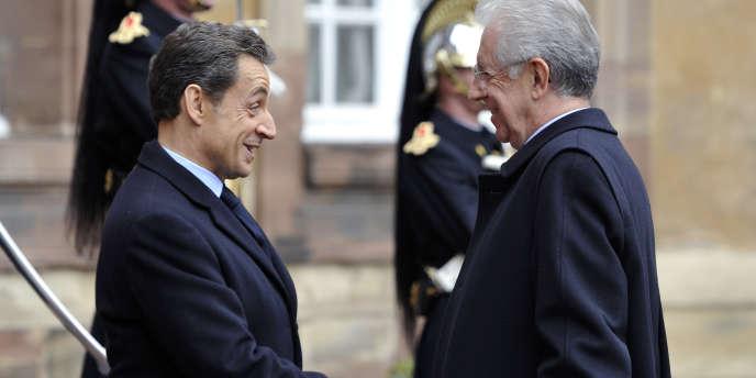 Le chef de l'Etat, Nicolas Sarkozy, accueille le président du conseil italien, Mario Monti, au sommet de Strasbourg, jeudi 24 novembre.