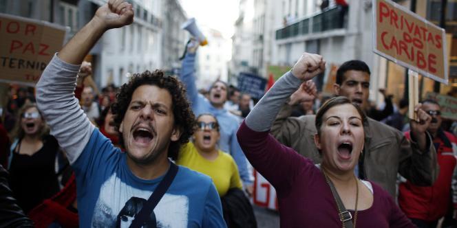 Des milliers de Portugais, notamment des fonctionnaires, ont manifesté dans tout le pays le 24 novembre pour dénoncer les mesures d'austérité.