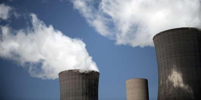 Des cheminées de refroidissement de la centrale nucléaire de Tricastin (Drôme).