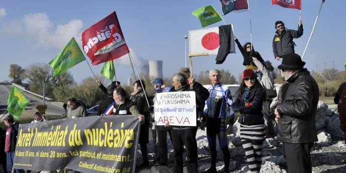 Manifestation contre le nucléaire, réunissant des militants d'Europe Ecologie-Les Verts, du Parti de gauche et du Nouveau Parti anticapitaliste, le 25 novembre près de la centrale du Tricastin, à Bollene.