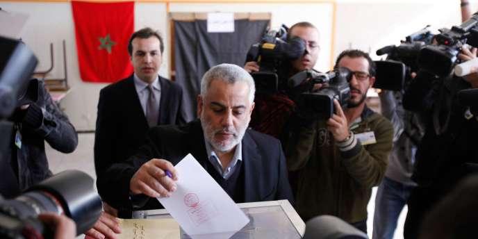 Le secrétaire général du parti islamiste justice et développement, Abdelillah Benkirane vote à Rabat le 25 novembre.