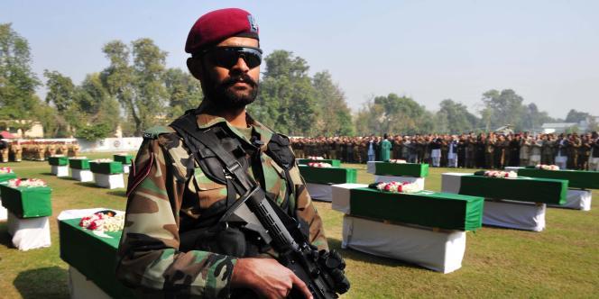 Un soldat pakistanais se tient près des cercueils de soldats tués par des frappes aériennes de l'OTAN.