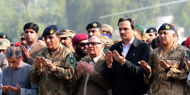 Le chef d'état-major de l'armée pakistanaise, des dignitaires de l'armée et les autorités du pays prient à l'enterrement de soldats tués par des frappes aériennes de l'OTAN.