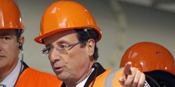 François Hollande en visite dans l'usine de placoplâtre du groupe Saint-Gobain à Vaujours (Seine-Saint-Denis), lundi 28 novembre.