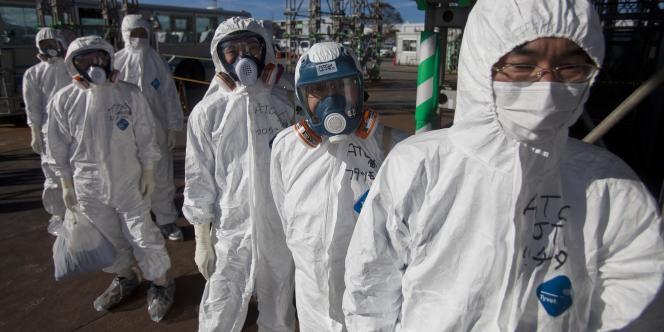 Des ouvriers en tenue de protection à la centrale de Fukushima, le 12 novembre 2011.