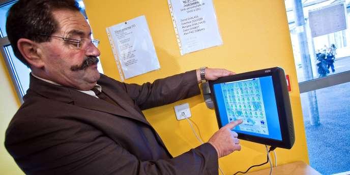 À Ruffec, le maire cible les mauvais payeurs en affichant des nounours rouge sous le nom des enfants concernés.