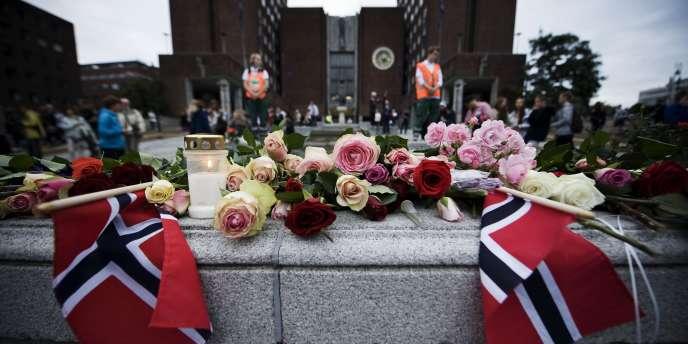 Hommage aux victimes de l'attentat d'Oslo et de la fusillade d'Utoya devant la mairie de la capitale norvégienne, lundi 25 juillet.