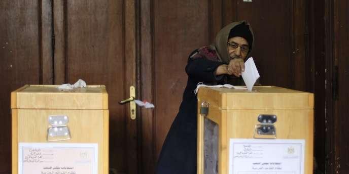 Un Egyptien glisse son bulletin de vote dans une urne, le 29 novembre 2011, au Caire.