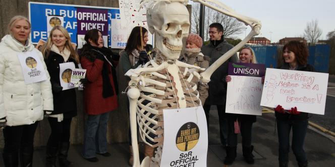 Des manipulateurs de radiologie médicale en grève devant le Royal Liverpool University Hospital de Liverpool, dans le nord de l'Angleterre, le 30 novembre 2011.