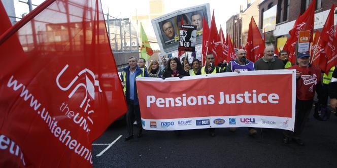 Des manifestants défilent à Birmingham, le 30 novembre 2011.