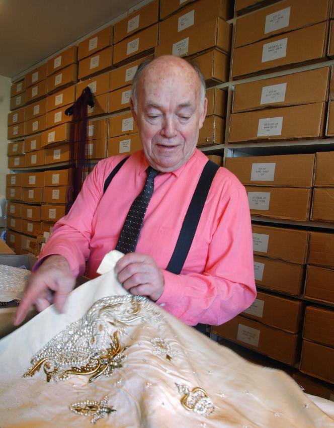 François Lesage, dans ses ateliers de broderie, en janvier 2004.