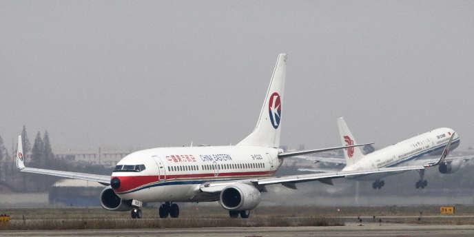 Un appareil de China Eastern sur la piste de l'aéroport de Chengdu, le 3 décembre 2008.