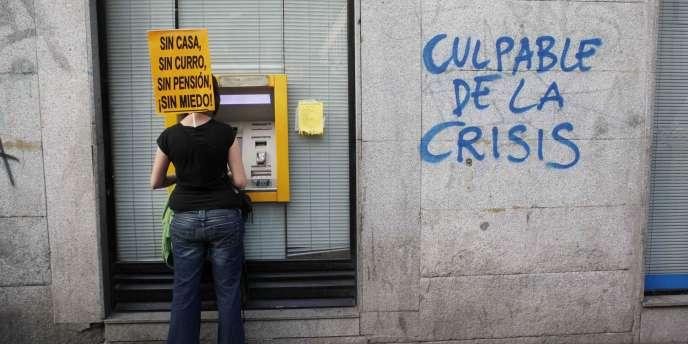 Devant une banque, à Madrid, le 7 avril.