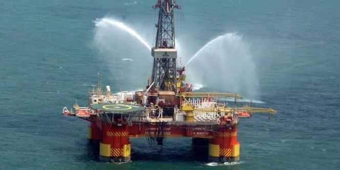 Une plateforme pétrolière iranienne en mer Caspienne, en 2009.