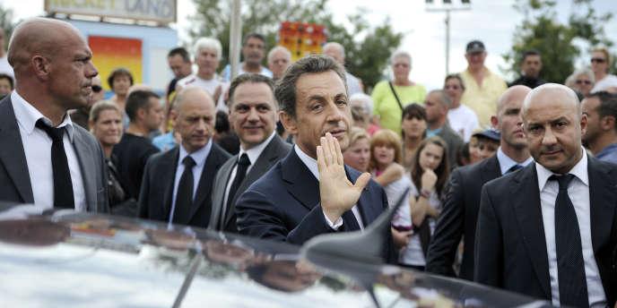 Nicolas Sarkozy entouré de ses gardes du corps, le 26 juillet 2011, au Cap d'Agde.