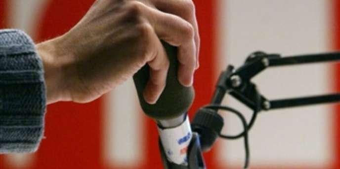 Le projet de fusion entre Radio France Internationale (RFI) et la chaîne de télévision France 24, lancé par Nicolas Sarkozy, a été gelé pour un mois dans l'attente des résultats d'une mission d'évaluation, a annoncé mardi 5 juin le gouvernement.