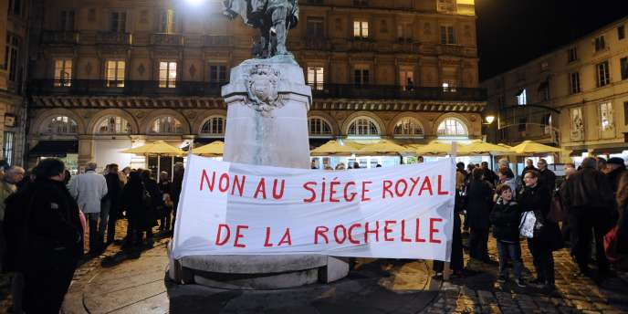 Manifestation contre la candidature de Ségolène Royal aux élections législatives, le 1er décembre à La Rochelle.