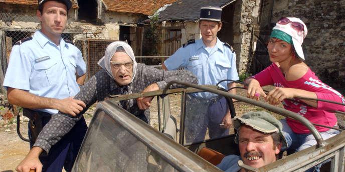 Des membres de la troupe des Bodin's (de gauche à droite) : Sébastien Frescinet (gendarme Biraut), Vincent Dubois (Maria Bodin), Jean-Paul Thomas (chef gendarme), Jean-Christian Frescinet (Christian Bodin) et Christelle Chappat (Julie), à Descartes, près de Tours, en juillet 2005.
