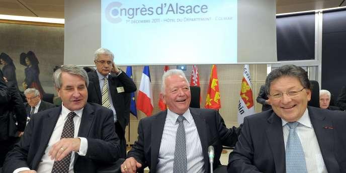 De gauche à droite : Philippe Richert, président (UMP) du conseil régional du Haut-Rhin ; Charles Buttner, président (UMP) du conseil général du Haut-Rhin et Guy-Dominique Kennel, président (UMP) du conseil général du Bas-Rhin, lors d'une réunion à Colmar, le 1er décembre 2011.