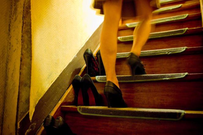 Malgré la loi de 2002, seuls 44 prostitués (40 femmes et 4 hommes) sont officiellement enregistrés auprès des organismes sociaux allemands. En fait, on estime à environ 400 000 le nombre de prostituées dans le pays.