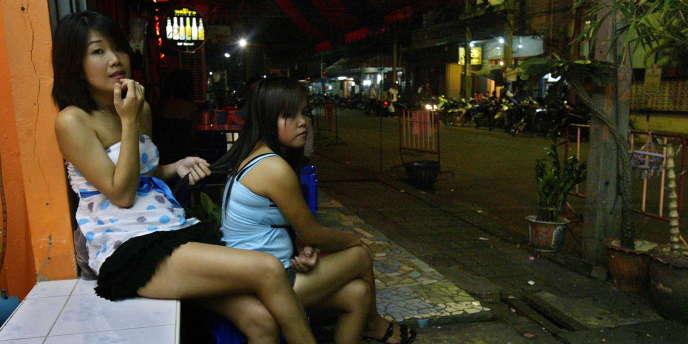 Deux filles travaillant dans un bar attendent les clients dans la province de Narathiwat, en août 2009.