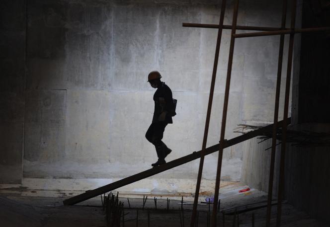 Les mises en chantier sont au plus bas depuis quinze ans. Selon le ministère du logement, le nombre de logements neufs mis en chantier a reculé de 10,7 % entre juillet 2013 et juin 2014.
