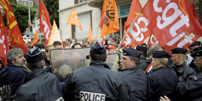 Des policiers font face à des manifestants, qui protestent contre la venue de Nicolas Sarkozy, le 3 juillet 2008 au Creusot (Saône-et-Loire).