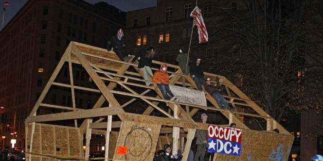 Les manifestants d'Occupy D.C. attendent leur arrestation, sur McPherson Square, à Washington D.C., le 4 décembre 2011.