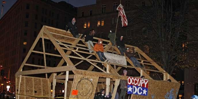 Les manifestants d'Occupy D.C. attendent leur arrestation, sur McPherson Square, à Washington D.C., le 4 décembre 2011.