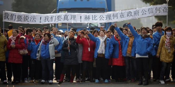 Manifestation d'employées de l'entreprise Hi-P International, à Shangaï, le 2 décembre 2011.