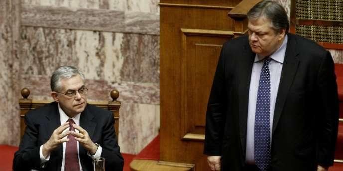 Le premier ministre grec Lucas Papademos (à g.) et son ministre des finances,  Evangelos Venizélos, pendant la discussion du budget 2012, à Athènes.