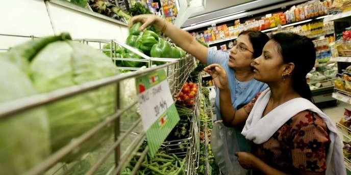 La réforme proposée par le gouvernement indien aurait dû permettre à des groupes étrangers tels que Wal-Mart, Carrefour ou Tesco de prendre une participation de 51 % dans des coentreprises de supermarchés.