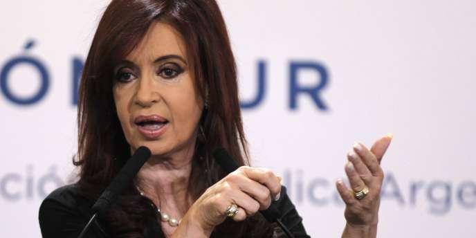 La présidente argentine Cristina Kirchner a proposé, lundi 26 août, un plan d'échange de dette pour les créanciers détenant les 7 % de titres non restructurés depuis la banqueroute du pays, il y a douze ans.