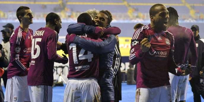 Les joueurs lyonnais célèbrent leur qualification pour les huitièmes de finale de la Ligue des champions après leur victoire face au Dinamo Zagreb, le 7 décembre 2011.