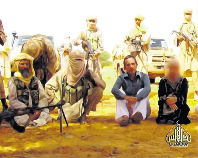 Capture d'écran d'une vidéo dans laquelle Abou Zeid (à gauche) apparaît visage découvert.