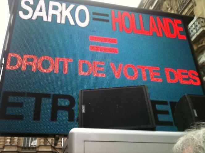Le FN a accusé MM. Sarkozy et Hollande d'être tous deux favorables au droit de vote des étrangers aux élections locales, lors de la manifestation organisée devant le Sénat, jeudi 8 décembre 2011.