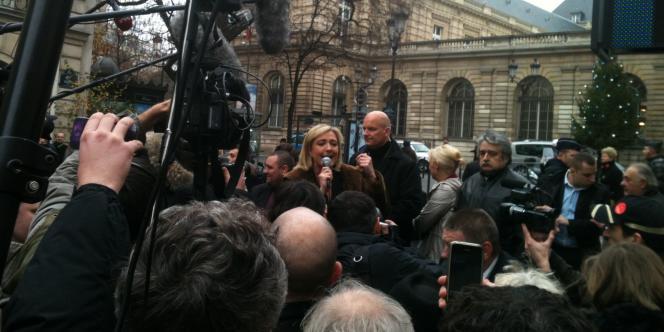 Marine Le Pen dénonce la proposition de loi du PS visant à accorder le droit de vote aux étrangers aux élections locales, devant le Sénat, jeudi 8 décembre 2011.