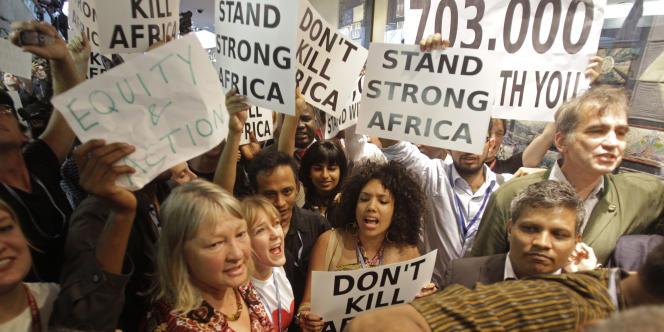 Des manifestants, en marge de la conférence de Durban, vendredi 9 décembre.