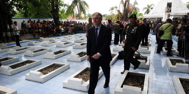 L'ambassadeur des Pays-Bas en Indonésie, Tjeerd de Zwaan, lors des cérémonies marquant le 64e anniversaire du massacre commis à Rawagede.