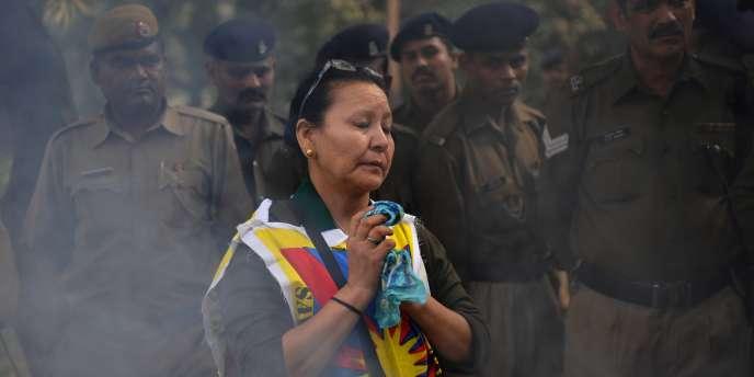 Prière lors d'une manifestation d'exilés tibétains à Delhi en Inde, en protestation contre la répression chinoise au Tibet et en soutien aux  immolations.