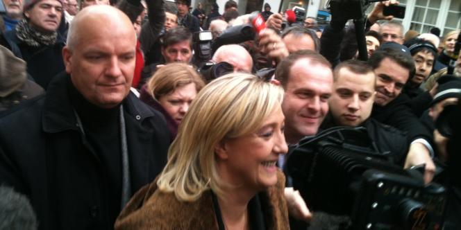 Marine Le Pen est arrivée à la manifestation contre le  droit de vote des étrangers, jeudi 8 décembre 2011, devant le Sénat, sous les cris de