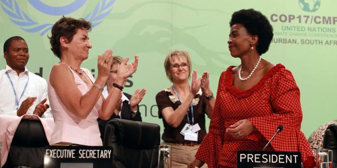 Maite Nkoana-Mashabane, ministre sud-africaine des affaires étrangères et présidente de la conférence de Durban, est applaudie après l'adoption d'une feuille de route pour un accord mondial en 2015.