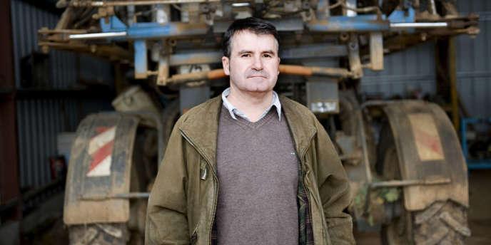 Paul François, céréalier de 47 ans, ne travaille plus qu'à mi-temps, en proie à des fatigues chroniques et des maux de tête tenaces.